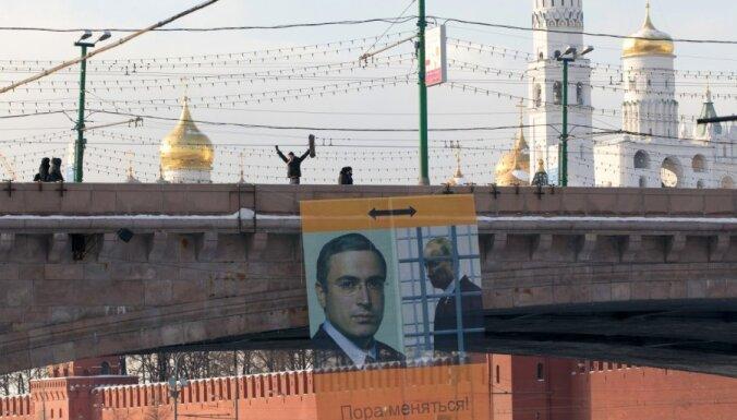 Около Кремля вывешен баннер с Путиным за решеткой