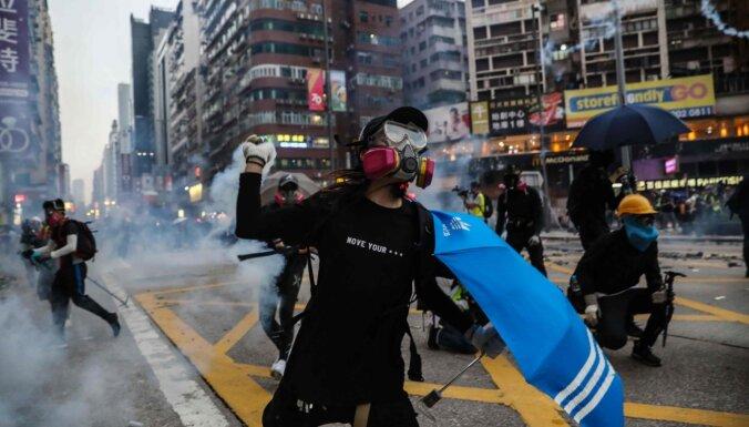 Foto: Honkongā turpinās protesti un sadursmes ar policiju