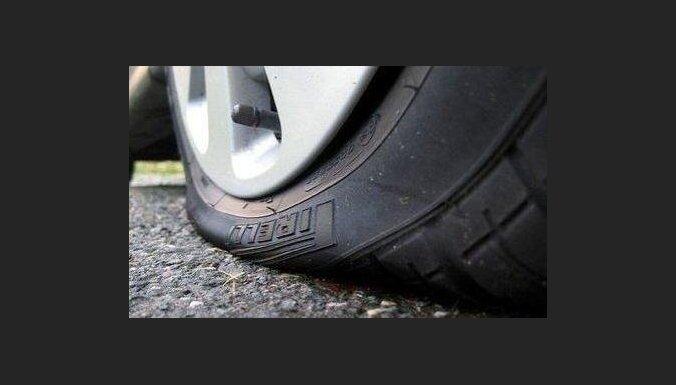 Tiesai nodod krimināllietu par riepu saduršanu 12 automašīnām Gulbenē