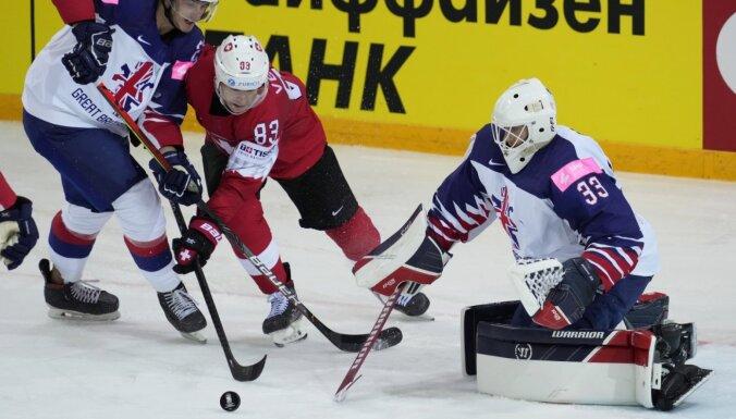Šveice uz brīdi izvirzās grupas līderpozīcijā; brits Kirks uz atvadām kļūst par turnīra labāko vārtu guvēju