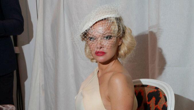 Foto: 52 gadus vecā Pamela Andersone žilbina dīvas tēlā