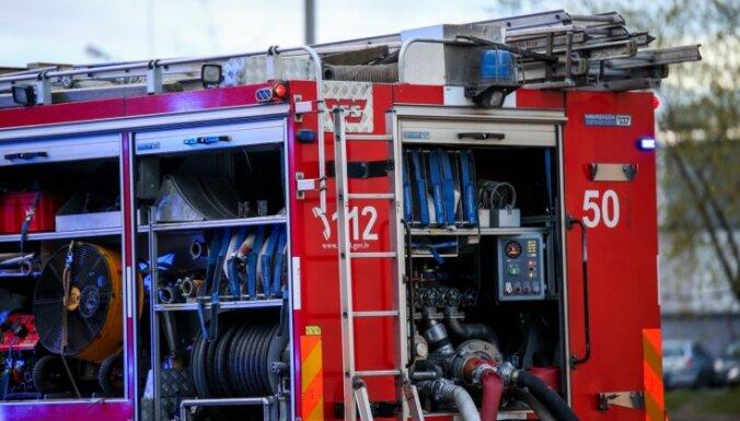 Rēzeknē paaugstinātas bīstamības ugunsgrēkā angārā izdeg darbnīcas