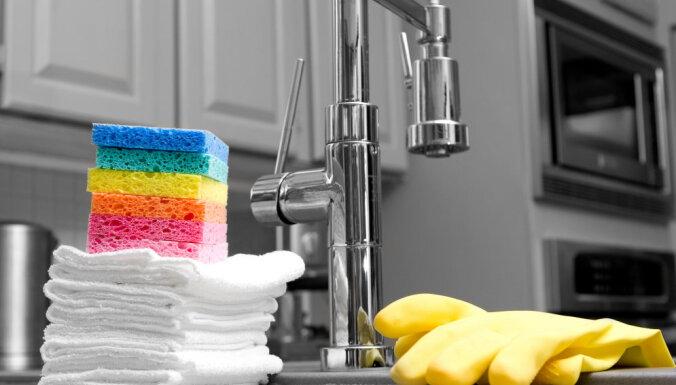 Uzlabo garastāvokli, iztīrot virtuves skapjus un atvilktnes
