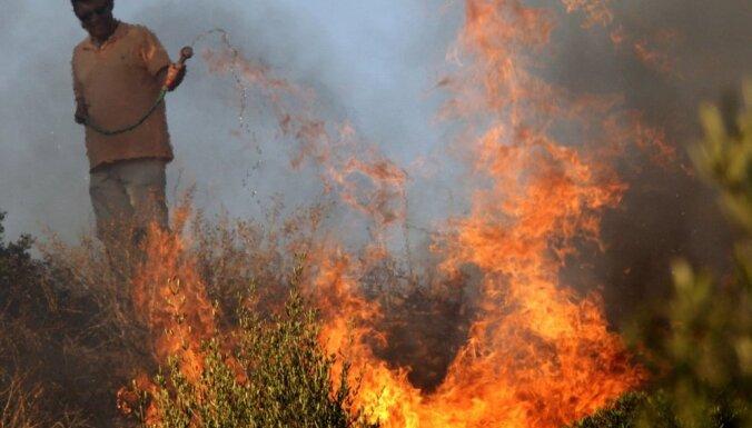 Grieķijas ugunsdzēsēji cīnās ar liesmām Atēnu piepilsētas mežā