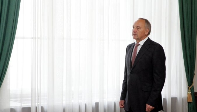 Prezidents Bērziņš pirmo reizi 'izbrāķē' likumu – nepiekrīt uzturlīdzekļu piedziņas regulējumam