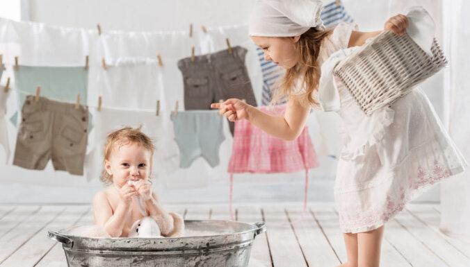Piecas kļūdas, ko pieļaujam, mazgājot veļu ar rokām