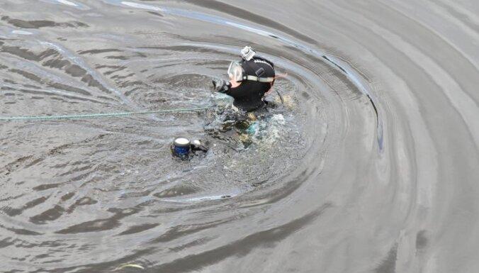 Утонувшего в Даугаве рыбака не нашли