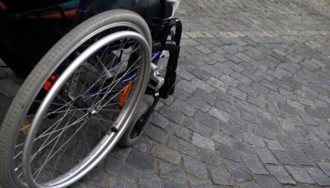Пенсионера-колясочника выгнали на мороз в одних носках