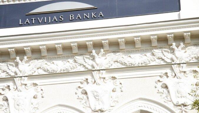 Latvijas Bankā mēģina apmainīt joku naudu - '100 lapu Latvijas naudai līdzīgu zīmi'