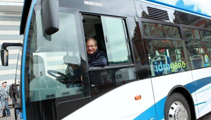 Fotoreportāža: pie Rīgas Domes izrāda ūdeņraža satiksmes autobusu
