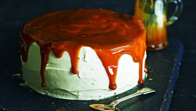 Biskvīta torte ar putukrējumu un karameļu mērci