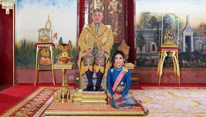 """""""Пыталась возвыситься до королевы"""": король Таиланда лишил спутницу титулов"""