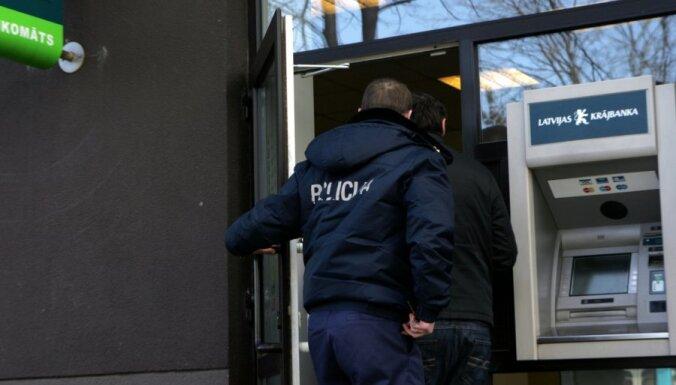 Sērijveida banku laupītājiem uzrāda apsūdzības