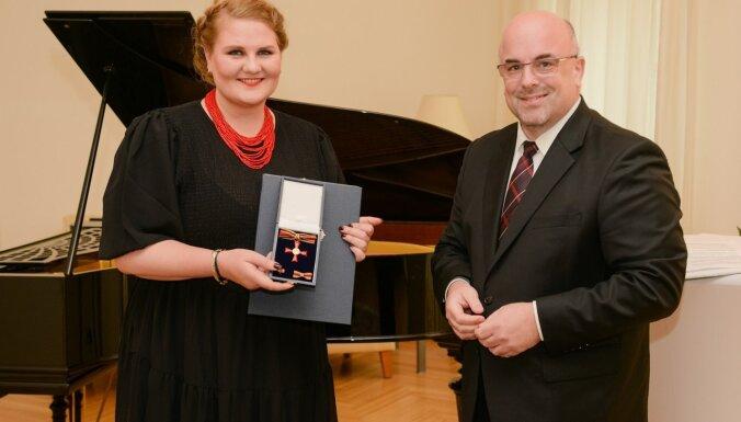 Lolita Tomsone saņem Vācijas ordeni 'Par nopelniem'