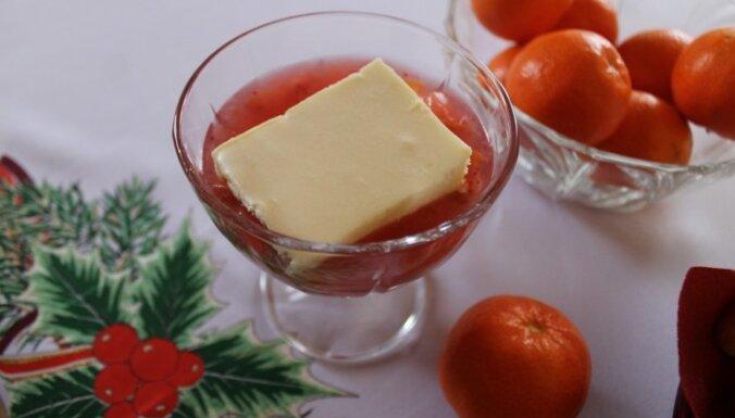 Десерт из белого шоколада, сливочного сыра и пипаркукас с фруктовым киселем