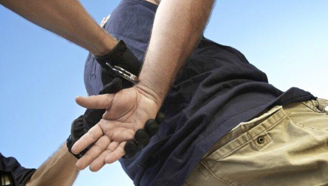Ventspilī aizdomās par laupīšanu aiztur vīrieti
