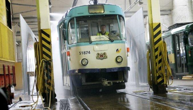 Notiek pirmais zemâs grîdas tramvaja reiss