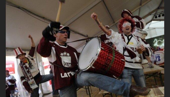 Hokeja fani tribīnēs – ar bungām, bez taurēm, vuvuzelām un maskām