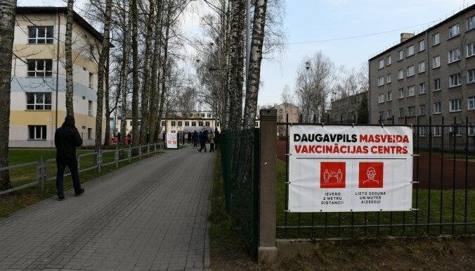 Daugavpilī rindā pēc vakcīnas pret Covid-19 gaida ap 100 cilvēku
