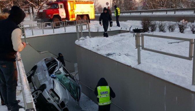 Foto: Avārijā pie Ogres BMW X5 'iekrīt' gājēju tunelī