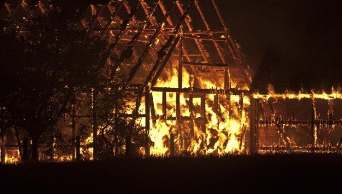 Пожар в Пардаугаве: из-за обширного возгорания эвакуированы 16 человек
