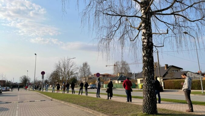 Foto: Pošu kārotāji veido rindu pie vakcinācijas pret Covid-19 centra Jelgavā