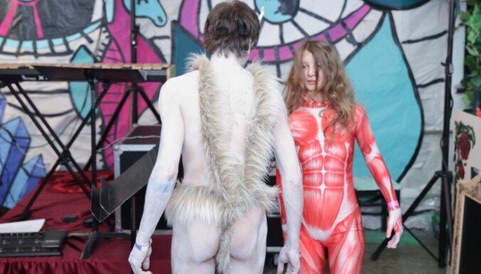 ФОТО: Озорные участники и красочные маски карнавала Академии художеств