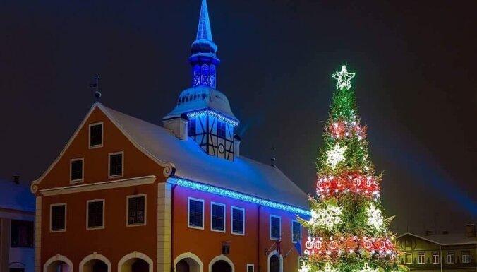 ФОТО. Зажгли по-новогоднему: 22 самых красивых елочки Латвии