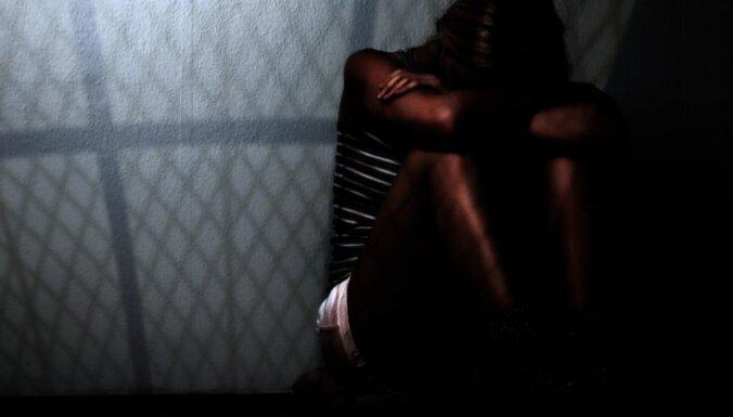 Vīrieti tiesās par sievietes nolaupīšanu un izvarošanu