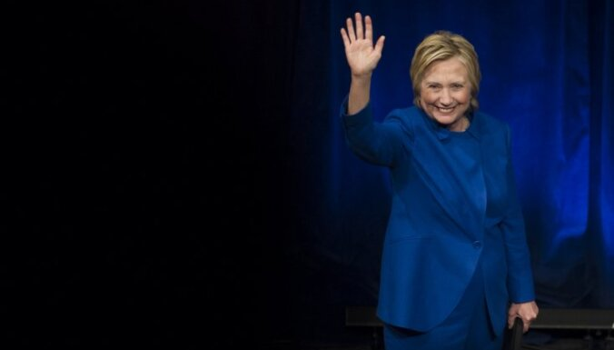 Клинтон впервые после выборов выступила на публике
