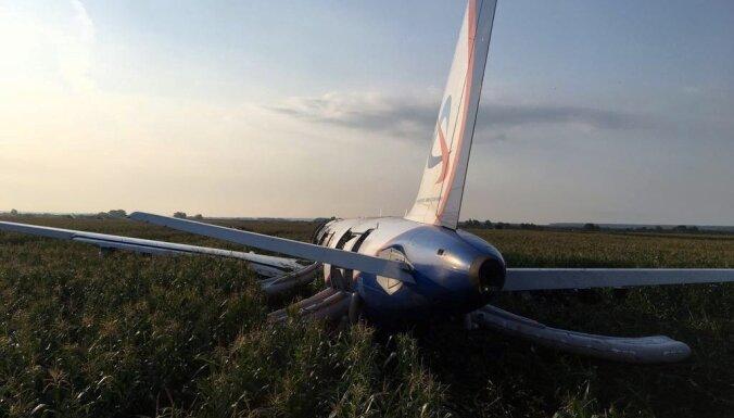 ВИДЕО: Как выглядит Аirbus A321 после демонтажных работ? Севший в поле самолет разбирают по частям