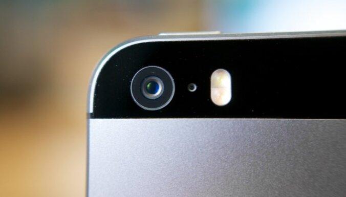 Istabas biedri viens otru sadur strīdā par to, kas labāks – 'iPhone' vai 'Android'