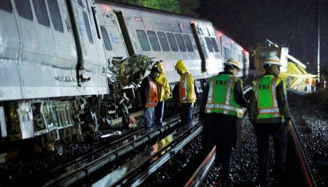 Pie Ņujorkas no sliedēm noskrējis pasažieru vilciens; desmitiem cietušo