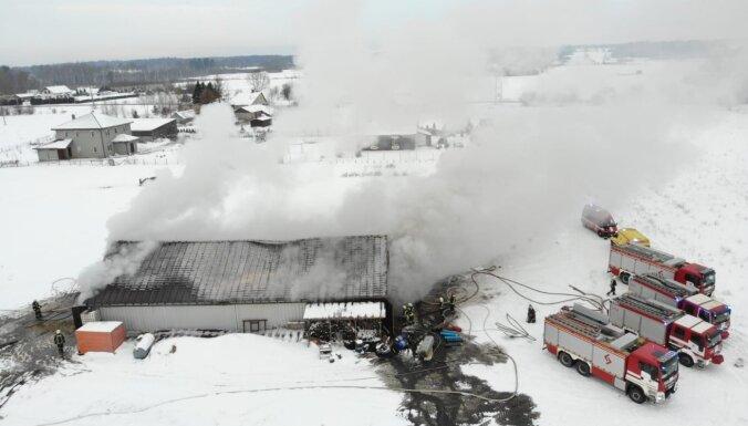 Pirmdienas rītā Baldones novadā angārā izcēlies ugunsgrēks; notikuma vietā strādā 20 glābēji