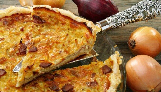 Sīpolu pīrāgs ar kartupeļu un šķiņķa pildījumu