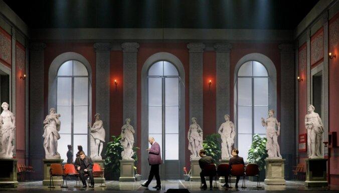 Foto: Ieskats atjaunotajā operas 'Pīķa dāma' uzvedumā