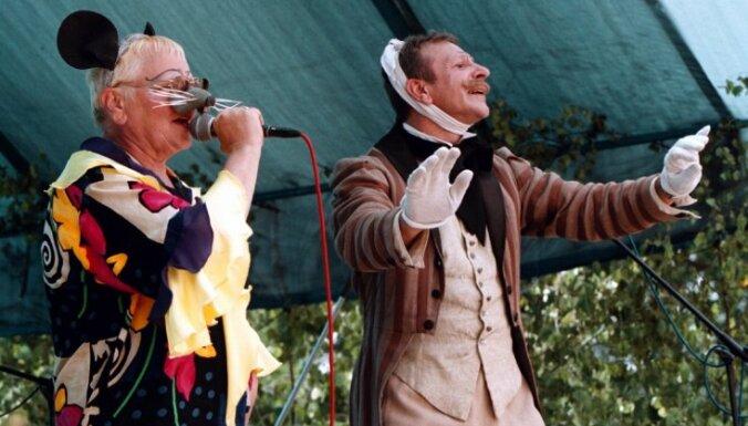 Striptīzs, Busulis un astoņi lati - Teātra žurka cauri laikiem