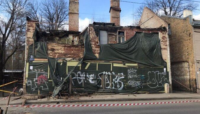 Foto: Graustam Matīsa ielā Rīgā iegrūst pārsegums