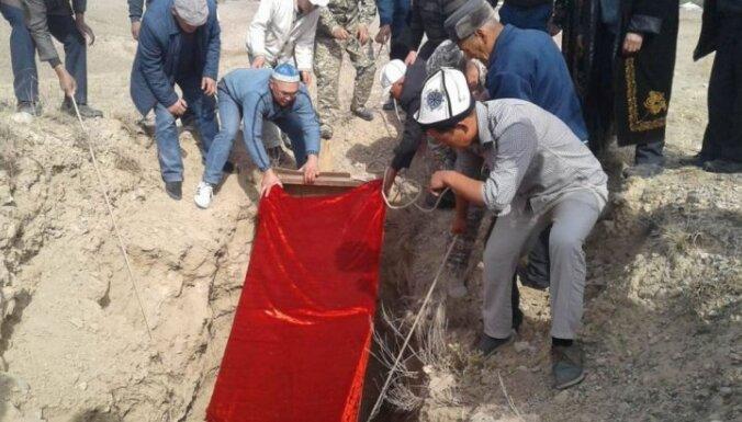 Kirgīzu ministrs apbedī 2000 gadu senu mūmiju, jo tā ir 'tikai līķis'