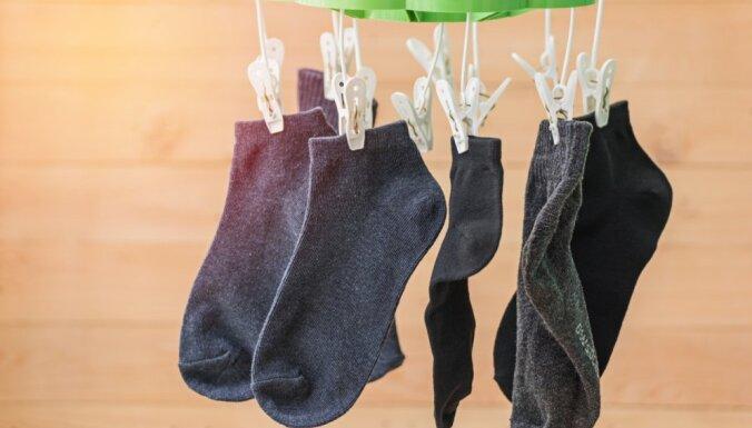 Sarullēt, saspraust un citi padomi, kā mazgāt zeķes, lai tās nepazustu