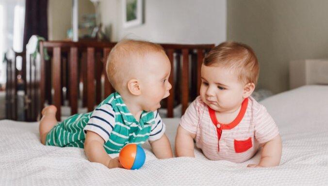 Pētījums: 'bēbīšu valoda' ir universāla un mazuļiem patīk, ja ar viņiem runā tieši