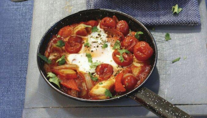 Brokastu sacepums ar olu, tomātiem un papriku