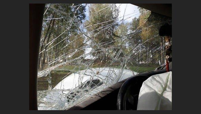 Под Ригой столкнулись фура и внедорожник: в ДТП погиб водитель джипа