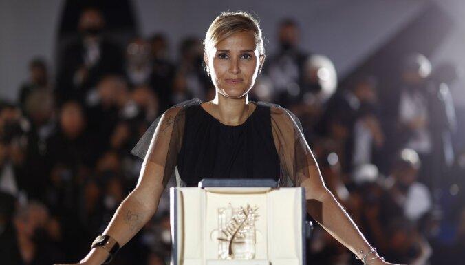 Kannu festivālā ar 'Zelta palmas zaru' godalgota Dikurno par filmu 'Titane'