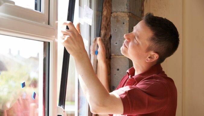 Plastikāta logi mājoklī – garantēts pelējums? Ekobūvnieks par apdomīgu izvēli