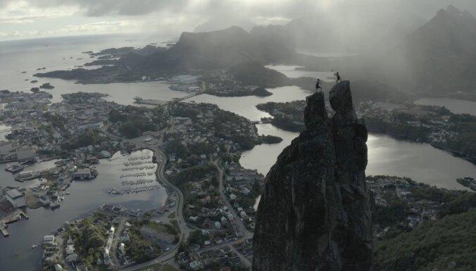 Video: Internetā virāls kļūst Šmēdiņa un norvēģu 'bīčistu' video uz smailes