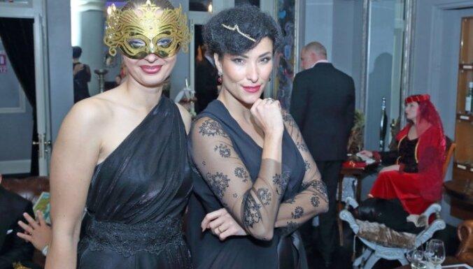 Foto: Slavenības Vecrīgā līksmo gada smalkākajā masku ballē