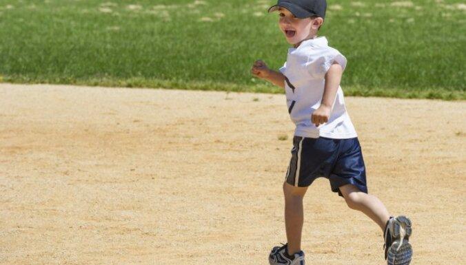Kā bērnu iemācīt skriet un uztrenēt vairāku kilometru garam treniņam? Nodarbību grafiks