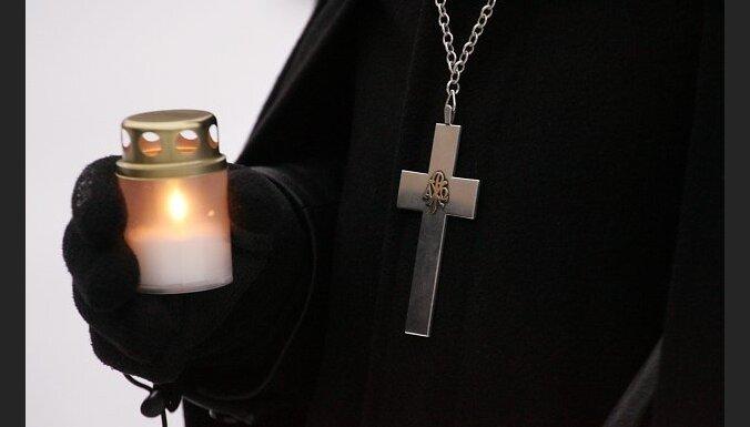 Sieviete 'melnās reliģiozās lietās' vaino sētnieku un apslaka viņu ar svētīto ūdeni