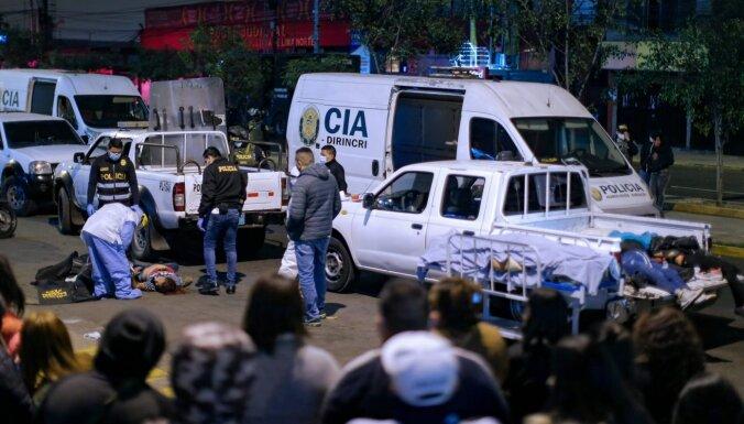 Peru policija Covid-19 ierobežojumu pārkāpumu dēļ ierodas naktsklubā – drūzmā 13 mirušie
